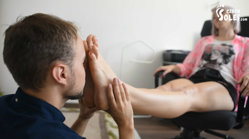 Masseuse gets her big feet massaged